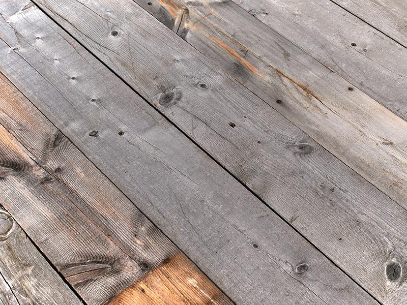 風合い。風化して目の立った表面と、シルバー・グレーの色合いが特徴です。