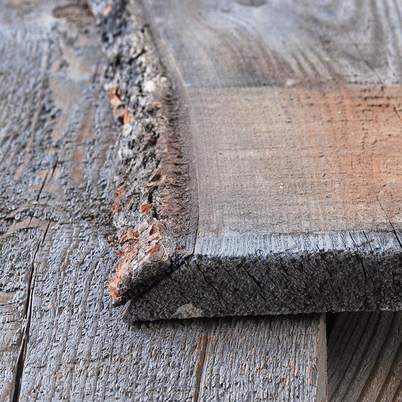 木口。片面の木端の一部に耳が付いています。